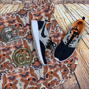 Nike pebble orange & black roshe running sneaker 5
